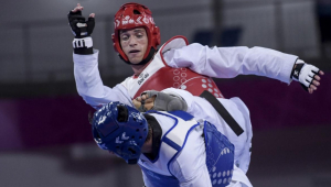 Ícaro Miguel lutando taekwondo