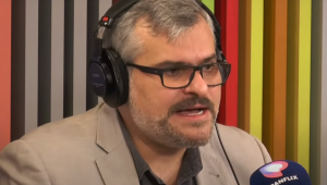Rinaldi Digilio fala ao microfone no estúdio do Morning Show
