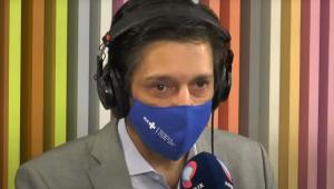 Ricardo Nunes de máscara azul falando no microfone no estúdio do Morning Show