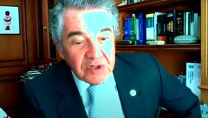 Marco Aurélio fala com estante de livros ao fundo