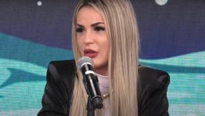 Deolane Bezerra fala ao microfone no estúdio do programa Pânico