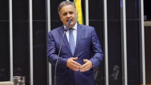 Deputado federal Aécio Neves fala sobre quebra de patentes