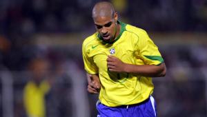 Homem com camiseta do brasil correndo em jogo de futebol