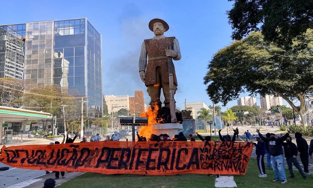 Estátua de Borba Gato é incendiada por grupo em São Paulo