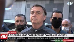 Bolsonaro falando na saída de hospital