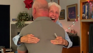 Mulher abraçando Jeff Bezos
