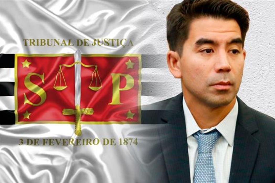 juiz ao lado de bandeira do tjsp