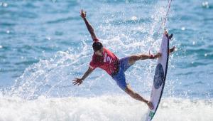 Surfista brasileiro atuando em quinta bateria da primeira fase