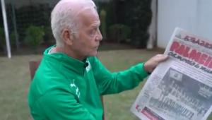 Ademir da Guia segura capa de jornal que diz que Palmeiras é campeão mundial de 1951