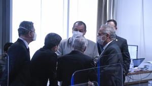 Em círculo, com seus trajes sociais,os senadores Omar Aziz (o único que aparece de frente), Renan Calheiros, Humberto Costa, Rogério Carvalho e Randolfe Rodrigues conversam em um canto do Senado