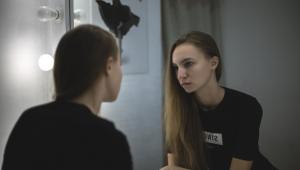 Uma mulher se olhando no espelho