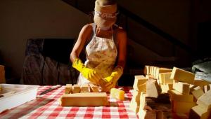 mulher fabricando sabão