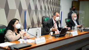 Senadores e depoente em mesa da CPI da Covid-19
