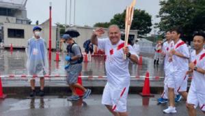 Zico carrega tocha olímpica antes do início dos Jogos de Tóquio