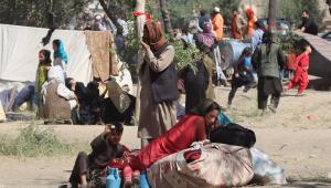 pessoas acampando em praça de Cabul