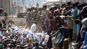 guardas no muro do aeroporto de cabul, no afeganistão