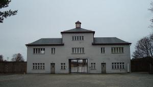 fachada do campo de concentração nazista de Sachsenhausen
