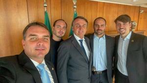 Presidente Jair Bolsonaro e seus filhos Flávio, Eduardo, Carlos e Renan
