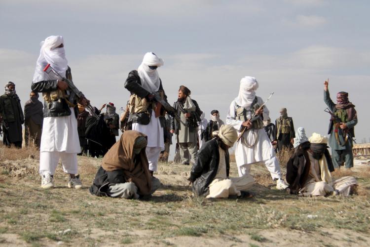 homens talibãs assassinando suspeitos de latrocínio