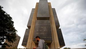Homem passa em frente ao prédio do Banco Central em Brasília