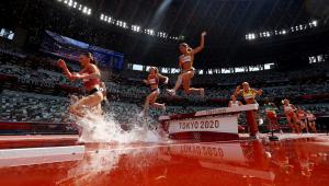 mulheres correndo em pista de atletismo