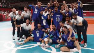 Com seis jogadores agachados e oito em pé, seleção francesa posa para foto do título em quadra