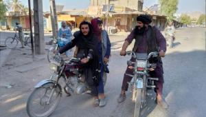 Soldados talibãs de moto fazendo ronda na cidade de Farah