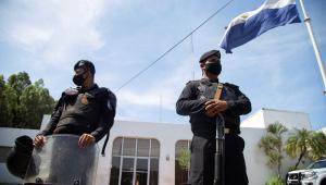 policiais na frente do jornal la prensa