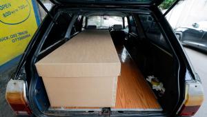 Caixão de papelão em carro funerário no Sri Lanka