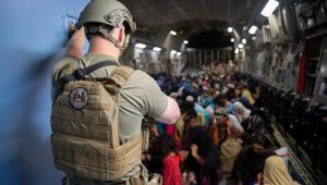 militar fazendo evacuação de aeroporto nos EUA
