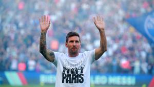 Messi acena para os cerca de 50 mil torcedores presentes no Parc des Princes