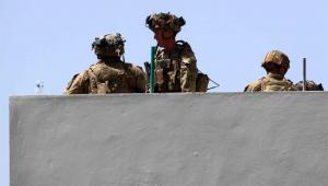Soldados guardando muro do aeroporto de Cabul, no Afeganistão