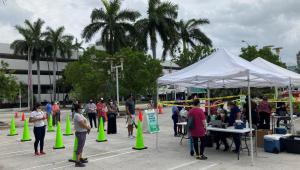 Pessoas aguardam em fila para testes para a Covid-19 no Centro de Convenções de Miami Beach