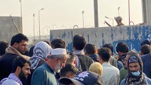 pessoas tentando entrar no aeroporto de cabul