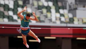 Thiago Braz competindo na final do salto com vara nos Jogos de Tóquio