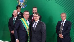 O presidente Jair Bolsonaro e o ministro da Infraestrutura, Tarcísio Gomes de Freitas, posam para foto durante a cerimônia de posse dos ministros, no primeiro dia de mandato de Bolsonaro (outros ministros aparecem atrás deles)