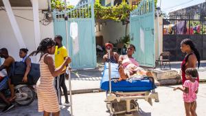 Com destruição de alguns hospitais, socorros são feitos em macas improvisadas