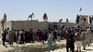 Pessoas tentando escalar muro de aeroporto