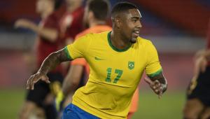 Rindo, Malcom sai correndo após marcar o gol do título
