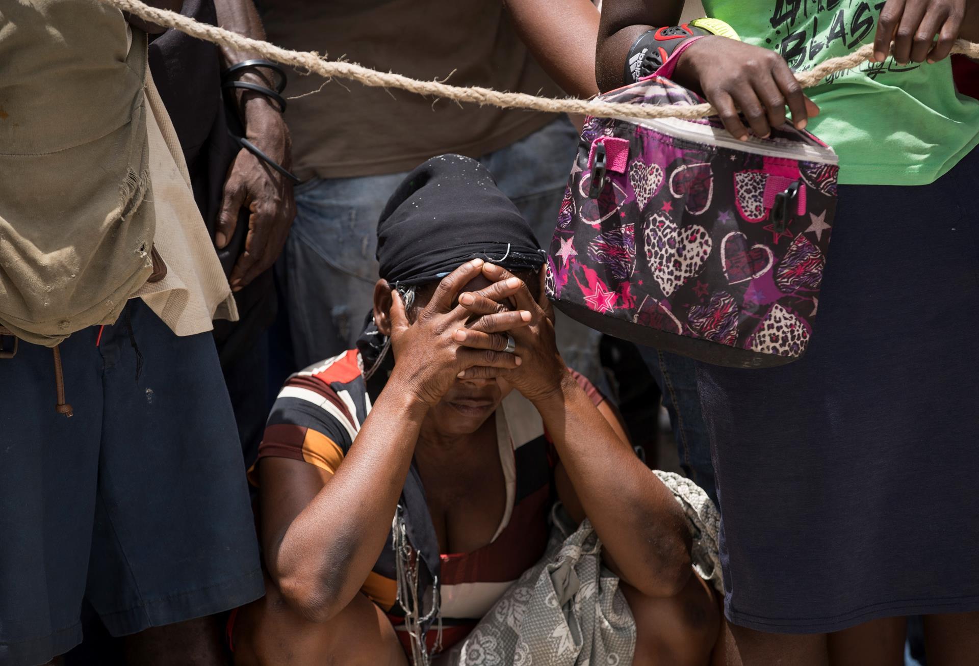 pessoas na fila de alimento no haiti
