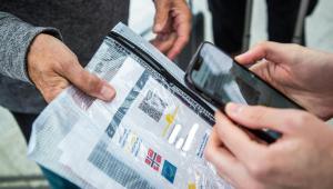 pessoa checando passe sanitário de homem em Paris