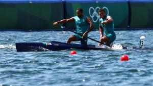 Isaquias Queiroz ao lado de Jacky Godmann na canoagem
