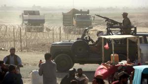 carros do talibã fechando fronteira no Afeganistão