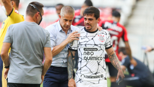 Fagner sentiu dores na panturrilha durante a vitória do Corinthians sobre o Athletico-PR, em Curitiba