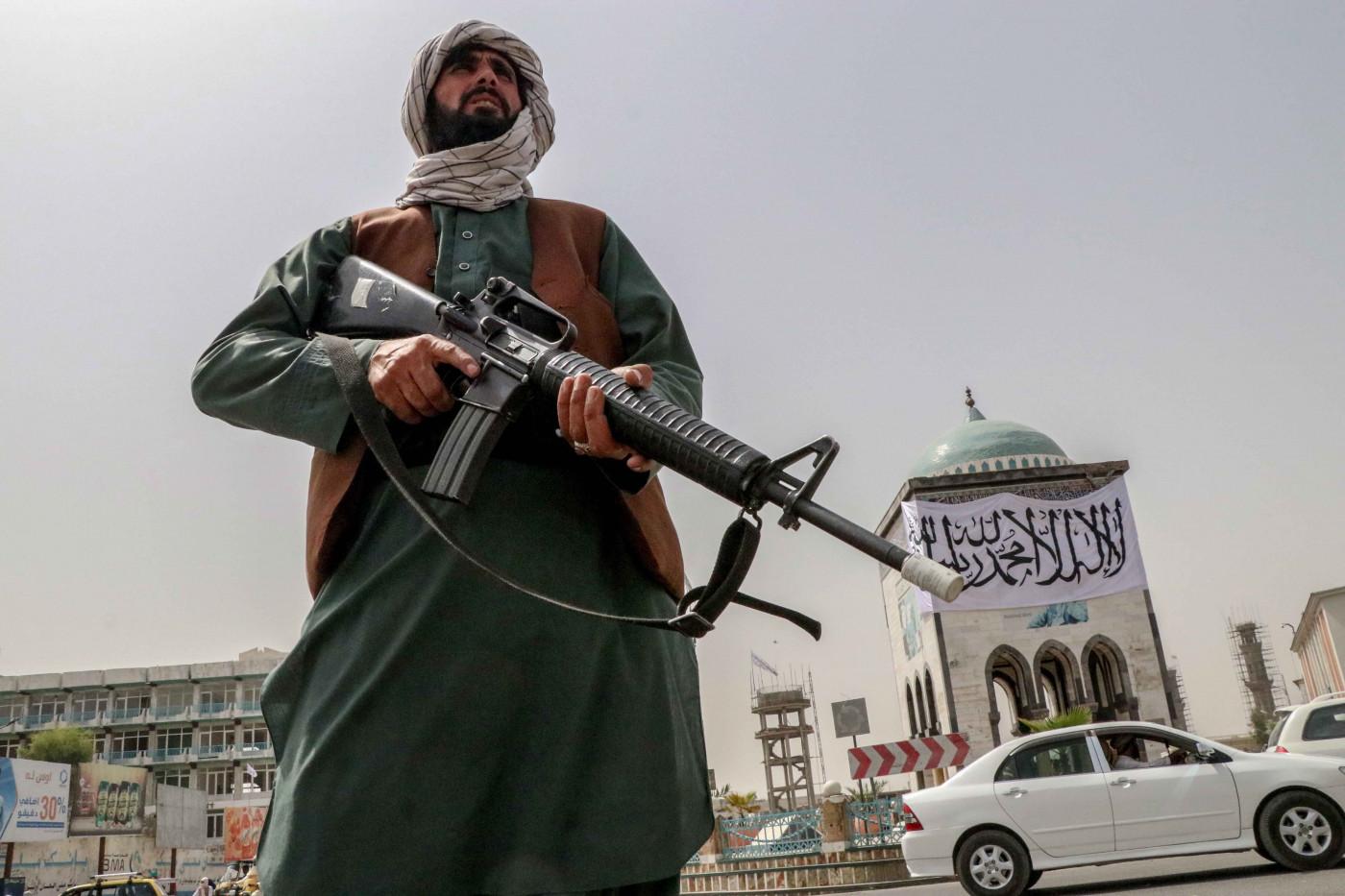 Combatente talibã monta guarda em Cabul