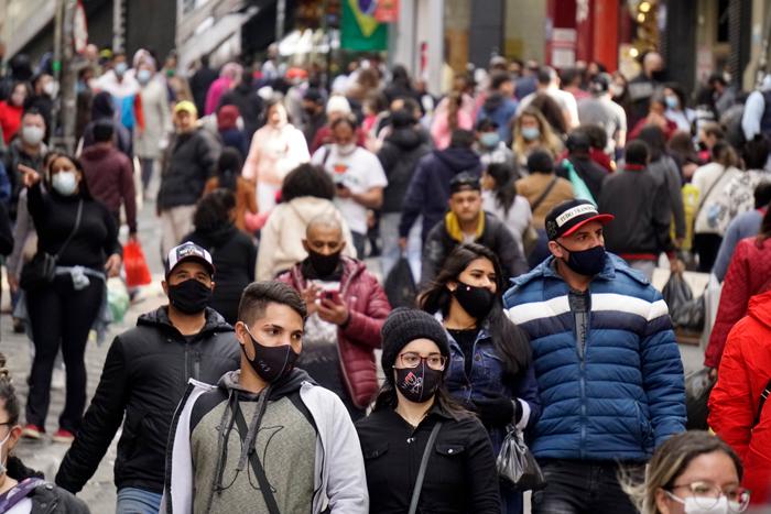 Movimentação de consumidores na região da 25 de Março, comércio popular do centro de São Paulo