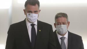 Trajados socialmente, Rodrigo Pacheco (à esquerda) e Arthur Lira (um pouco atrás do senador) caminham no Congresso