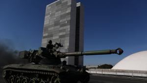 Tanque de guerra na frente de um prédio