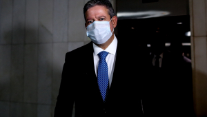 O presidente da Câmara dos Deputados, Arthur Lira (PP-AL), caminha pelos corredores da Casa, no Congresso Nacional