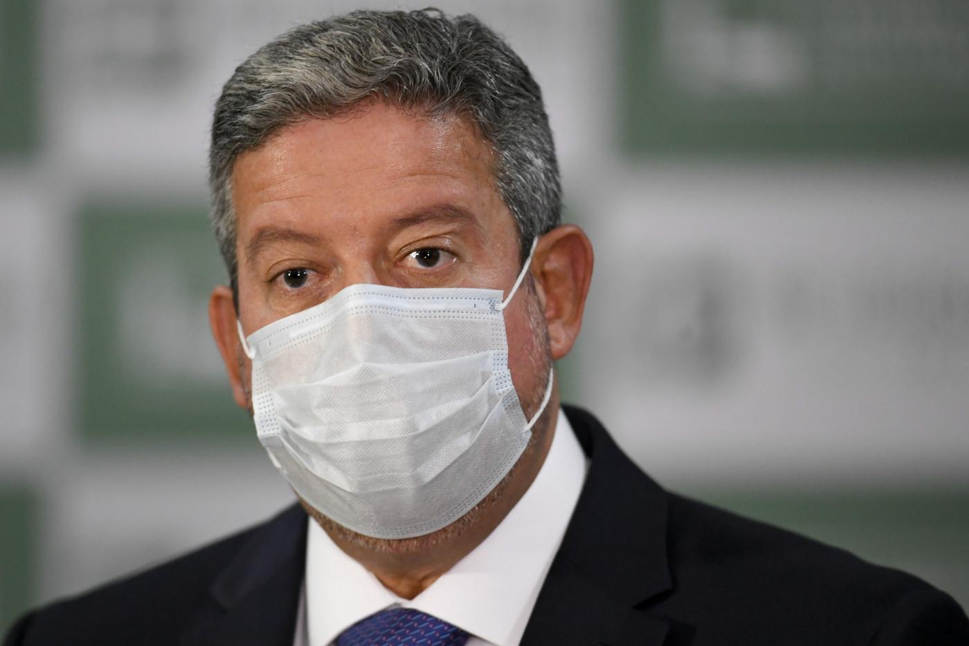 Presidente da Câmara, Arthur Lira, usa máscara branca, terno preto e camisa branca